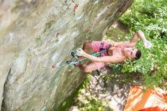 Jeune homme tombant falaise verticale tandis que menez s'élever photos stock