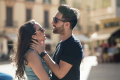 Jeune homme touchant son amie tendrement Photographie stock libre de droits