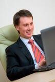 Jeune homme travaillant à l'ordinateur dans le bureau Photographie stock libre de droits