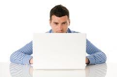 Jeune homme travaillant à l'ordinateur portatif Photographie stock