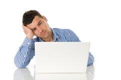 Jeune homme travaillant à l'ordinateur portatif Photo stock