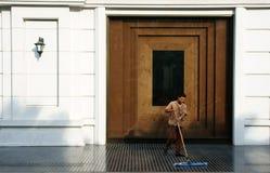 Jeune homme travaillant au lobby d'hôtel de cinq étoiles Photos stock