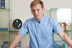 Jeune homme travaillant au salon de station thermale photos libres de droits