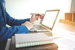 Jeune homme travaillant avec l'ordinateur portable sur son bureau en café de café, homme image libre de droits