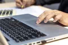 Jeune homme travaillant avec l'ordinateur portatif images stock