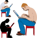 Jeune homme travaillant avec l'ordinateur portatif Photographie stock