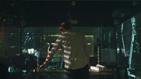 Jeune homme travaillant dans le bureau moderne la nuit Venez au bureau Allumer la lampe Développement des dessins banque de vidéos