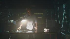 Jeune homme travaillant dans le bureau moderne la nuit Venez au bureau Portes d'ouverture Allumer la lampe D?veloppement de banque de vidéos