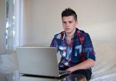 Jeune homme travaillant dans le Home Office Photographie stock