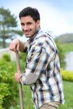Jeune homme travaillant dans le jardin image libre de droits