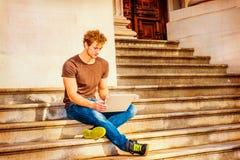 Jeune homme travaillant dehors à New York Image stock