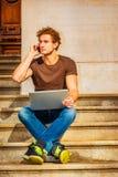 Jeune homme travaillant dehors à New York Images stock