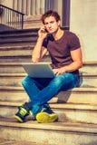 Jeune homme travaillant dehors à New York Photos stock