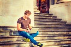 Jeune homme travaillant dehors à New York Photographie stock libre de droits