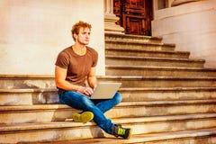 Jeune homme travaillant dehors à New York Images libres de droits