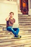 Jeune homme travaillant dehors Photographie stock