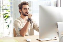 Jeune homme travaillant sur l'ordinateur Photos stock