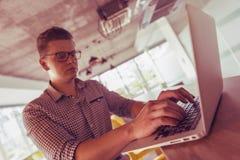 Jeune homme travaillant sur l'ordinateur portable Image libre de droits