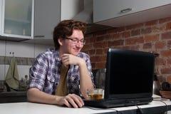 Jeune homme travaillant sur l'ordinateur portable Photographie stock libre de droits
