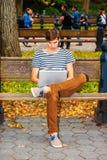 Jeune homme travaillant sur l'ordinateur portable au Central Park, New York Images stock