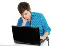 Jeune homme travaillant sur l'ordinateur portatif Photo stock