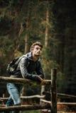 Jeune homme trimardant dans la forêt Photographie stock libre de droits
