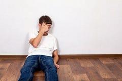Jeune homme triste photo stock