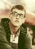 Jeune homme triste de mode dans la rue de ville Photos stock