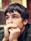 Jeune homme triste extérieur Photo libre de droits