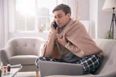 Jeune homme triste parlant à son employeur photos libres de droits