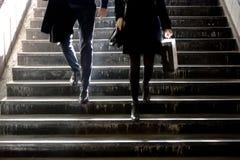 Jeune homme trouble et femme descendant les escaliers de souterrain Images stock