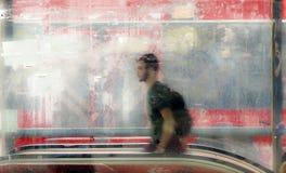 Jeune homme trouble marchant hors du passage de rue de souterrain Image stock
