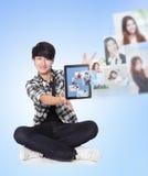 Jeune homme utilisant la mise en réseau sociale avec des amis Photo libre de droits