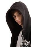 Jeune homme utilisant le pull molletonné à capuchon Photos libres de droits