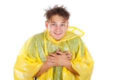 Jeune homme utilisant un imperméable jaune images stock