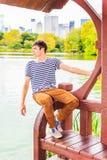 Jeune homme vous manquant, vous attendant au Central Park, New York Photo stock