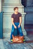 Jeune homme voyageant à New York Photos stock