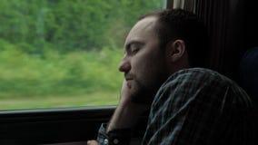 Jeune homme voyageant sur rêver de train et de sommeil banque de vidéos