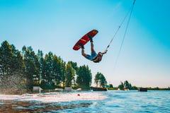 Jeune homme wakeboarding sur un lac photographie stock