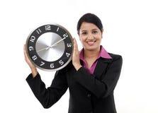Jeune horloge de fixation de femme d'affaires photo stock