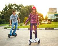 Jeune hoverboard d'équitation de couples - scooter électrique, l'EC personnelle Images stock