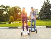 Jeune hoverboard d'équitation de couples - scooter électrique, l'EC personnelle Images libres de droits
