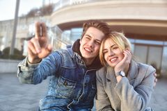 Jeune imaginate mignon de couples quelque chose bonne photo libre de droits