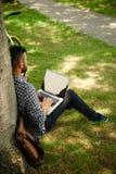 Jeune indépendant travaillant au parc vert image libre de droits