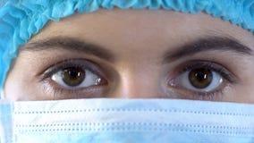 Jeune infirmière féminine regardant l'appareil-photo, examen professionnel, clinique fiable image libre de droits