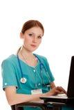 Jeune infirmière médicale avec l'ordinateur portatif Images libres de droits