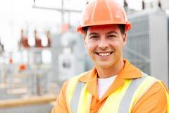 Jeune ingénieur électrique masculin image stock