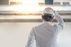 Jeune ingénieur asiatique tenant le dessin architectural Image libre de droits