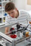 Jeune ingénieur avec du charme créant le modèle du paprika photo stock