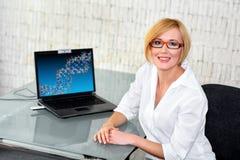 Jeune ingénieur de recherches au bureau en verre avec l'ordinateur portable images libres de droits